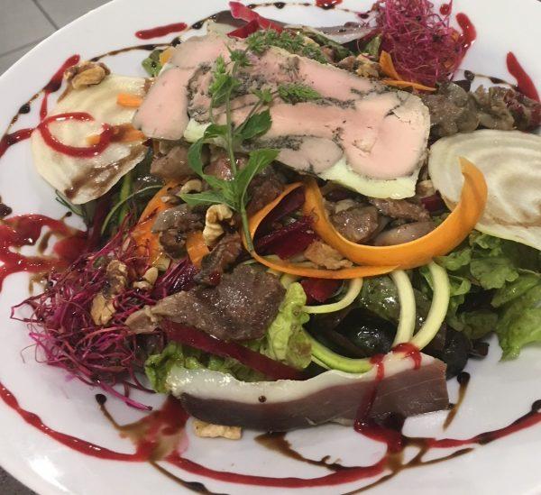 Salade Saint Michel magret de canard noix foie gras.